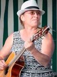 Carole notre professeur de guitare donne des cours au Foyer Rural de seugy